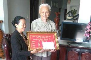 Noi gương Bác Hồ, thầy giáo ngoài 90 vẫn không ngừng học tập