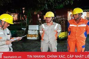 Điện lực Hà Tĩnh xử lý sự cố điện do dông lốc ngay trong đêm