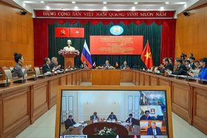 Họa sĩ Nga vẽ tranh mừng sinh nhật Chủ tịch Hồ Chí Minh