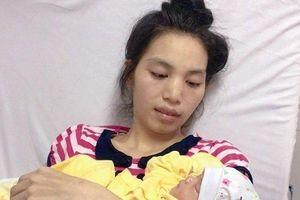 Xúc động giây phút mẹ mang thai 28 tuần hạ sinh bé gái nặng 1,3kg