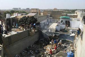 Pakistan: Máy bay chở 107 người lao xuống khu dân cư