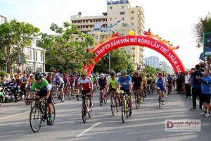 Gần 450 tay đua tranh tài tại Giải đua xe đạp 'Hành trình cùng thành phố du lịch biển xứ Thanh'