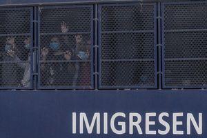Dịch Covid-19: Malaysia trục xuất người nhập cư trái phép âm tính với virus, Thái Lan kéo dài tình trạng khẩn cấp