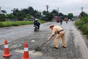 Cảnh sát giao thông dọn 'bẫy' giúp người dân
