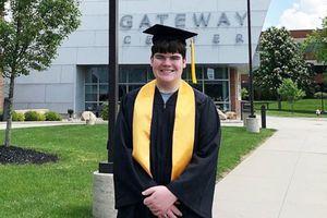 Nam sinh 15 tuổi nhận bằng cao đẳng và trung học cùng một tuần