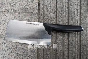 Cặp đôi cãi nhau, phi dao vào Land Rover, thiệt hại 18.000 USD