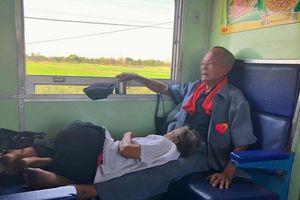 Ấm lòng khoảnh khắc cụ ông kê chân lên cho cụ bà nằm ngả lưng trên chuyến tàu xa: 'Cứ ngủ đi, tôi chẳng mỏi gì cả…'