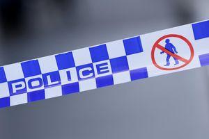 Hai thiếu niên trần truồng bị khóa trong nhà người đàn ông đột tử