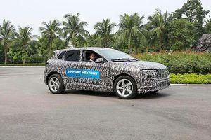 Ô tô điện đầu tiên của VinFast lộ diện trên đường chạy thử, dự kiến ra mắt vào tháng 11 năm nay