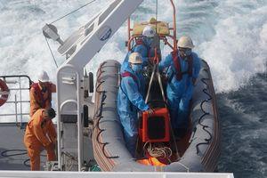 Cứu thành công 13 thuyền viên trên tàu gặp nạn giữa Biển Đông