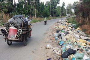 Bãi rác dài hơn 100 m trên đường