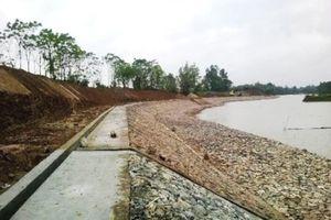 Hà Nội: Sạt lở uy hiếp an toàn đê hữu Đáy tại huyện Quốc Oai