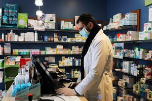 Người Mỹ ồ ạt mua thuốc sốt rét trị Covid-19