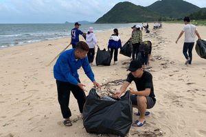 Đoàn viên và bộ đội biên phòng chung tay dọn rác bãi biển
