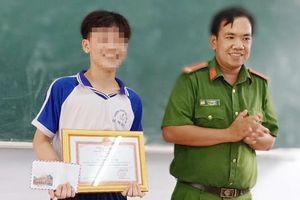Công an tặng giấy khen nam sinh lớp 8 vì dũng cảm truy bắt trộm