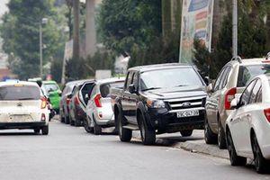 Đỗ ô tô thành hàng trên vỉa hè có bị xử lý?