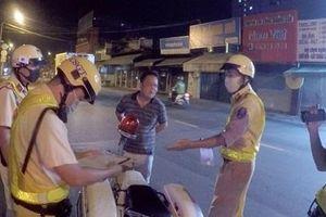 Vi phạm nồng độ cồn bị phạt 7 triệu, tài xế say xỉn 'cho' luôn CSGT xe máy