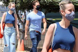 Mỹ nhân 'Captain Marvel' mặc crop top, không nội y ra phố