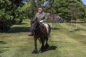 Nữ hoàng Anh cưỡi ngựa ở tuổi 94 khiến nhiều người ngưỡng mộ