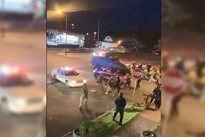 Ô tô cán qua người một cảnh sát giữa đám đông biểu tình ở Mỹ