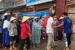 Đội mưa nhận quà từ 'ATM thực phẩm'