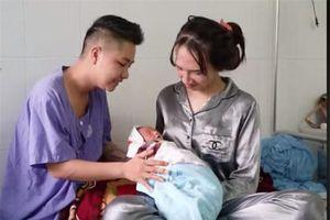 Cuộc sống của vợ chồng 'người đàn ông Việt Nam đầu tiên mang bầu' sau khi sinh con ra sao?