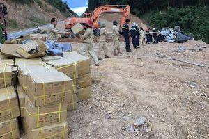 'Toát mồ hôi' xem cảnh cứu hộ xe tải chở gần 5 tấn thuốc nổ bị lật giữa đường