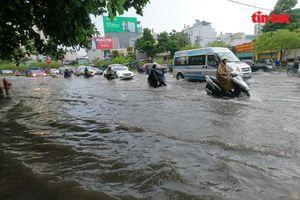 TP Hồ Chí Minh mưa lớn, người dân 'bì bõm' lội nước về nhà