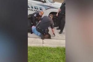 Rò rỉ thêm video cảnh sát Mỹ ghì cổ người da màu