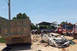 Hiện trường xe tải đè bẹp xe hơi, 3 người chết ở Thanh Hóa