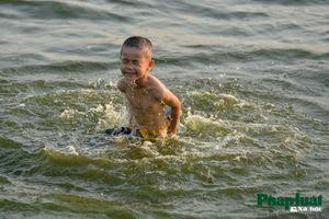 Nắng nóng gay gắt, người Hà Nội đổ ra Hồ Tây tắm giải nhiệt
