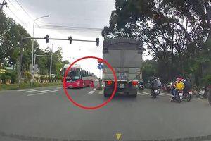 Sang đường bất cẩn, người đàn ông suýt bị xe container cán