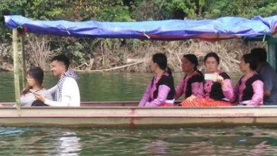 Clip: Sau lũ, xuất hiện 'Hạ Long trên cạn', sắm thuyền làm du lịch