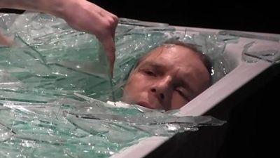 Chuyện lạ hôm nay: Anh chàng ngâm mình trong thủy tinh nhọn hoắt, không hề hấn...