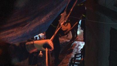 Cận cảnh đưa thi thể nạn nhân ra khỏi hiện trường vụ cháy gần Viện Nhi TW