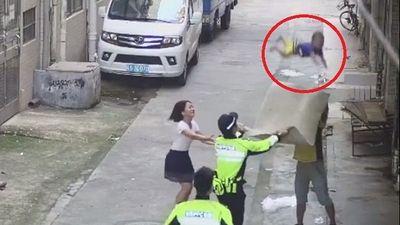 Clip: Cảnh sát cùng người dân giải cứu thành công bé trai bị rơi từ tầng 2