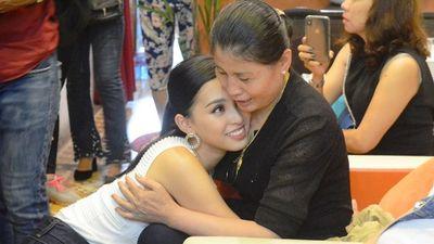 Hoa hậu Trần Tiểu Vy bật khóc ngày về thăm quê nhà