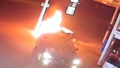 Clip: Thanh niên tông cháy trạm xăng rồi bỏ chạy