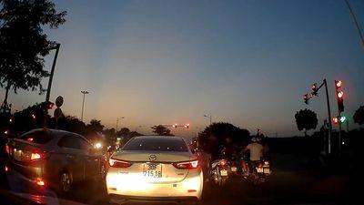 Không phanh khi đợi đèn tín hiệu, ôtô trôi xe vào đầu xe sau