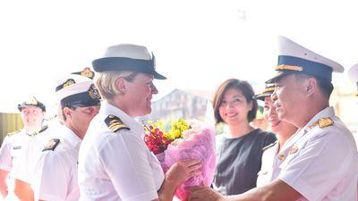 Nữ thuyền trưởng chỉ huy tàu chiến New Zealand cập cảng Sài Gòn