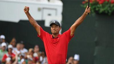 Người hâm mộ vỡ òa trên sân golf khi Tiger Woods giành chức vô địch giải PGA