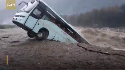 Clip: Kinh hoàng khoảnh khắc xe khách bị ''nuốt chửng'' trong dòng nước lũ