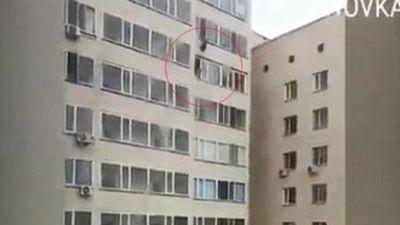 Rơi từ cửa sổ tầng 10, bé trai được cứu sống trong gang tấc