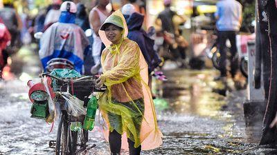 Người Hà Nội chật vật về nhà giờ tan tầm sau mưa lớn