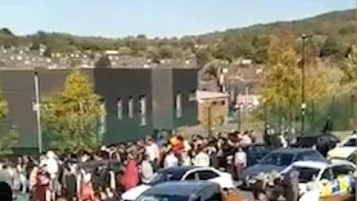 Hơn 100 học sinh hỗn chiến, cảnh sát phải điều trực thăng đến dẹp loạn