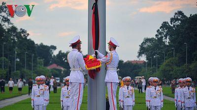 Hình ảnh treo cờ rủ để tang Chủ tịch nước Trần Đại Quang