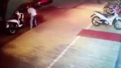 Người đàn ông đi SH để trộm bậc dắt xe