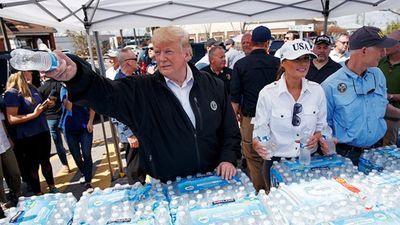 Vợ chồng Tổng thống Trump phát đồ uống cho người dân vùng bão