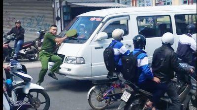 Tài xế xe ủi công an trên phố khi đi vào đường cấm ra trình diện