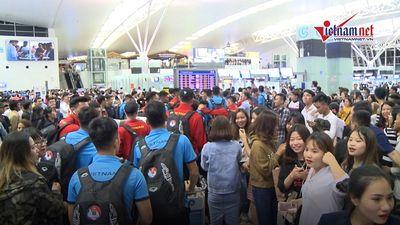 CĐV vây kín đội tuyển Việt Nam tại sân bay Nội Bài